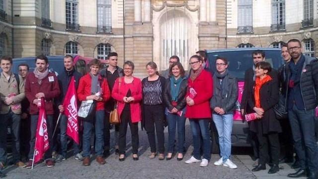 La députée européenne Isabelle Thomas (PS) posant fièrement au côté de Nathalie Appéré Maire de Rennes et des jeunes socialistes, pour l'austérité…
