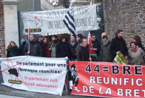 En 2012, Breizhistance initiait aux côté de 44=Breizh de l'UDBy et et des jeunes écologistes de Rennes un rassemblement en faveur d'un parlment et d'une collectivité unique sur les 5 départements devant le Conseil Régional à Rennes
