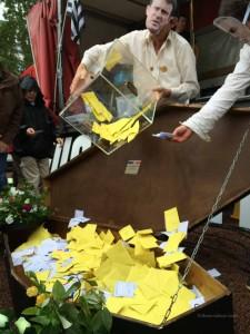 Remise des cartes électorales par les manifestants.  @crédit Mevena Guillouzic-Gouret