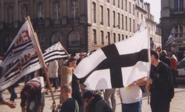 Une kroaz du dans un cortège de la Gauche Indépendantiste