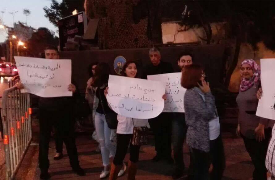 """Sur la pancarte centrale : """"Georges Abdallah est un résistant, et la résistance n'oublie pas ses prisonniers chez les geoliers"""" Sur celle de gauche : """"la liberté, la souveraineté, l'indépendance perdent leurs valeurs quand les combattants restent en prison"""